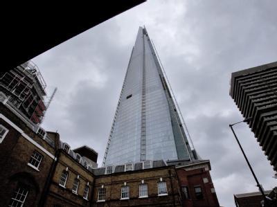 Der pyramidenförmige Wolkenkratzer mit Glasfassade ist fast 310 Meter hoch. Foto: Karel Prinsloo/Archiv