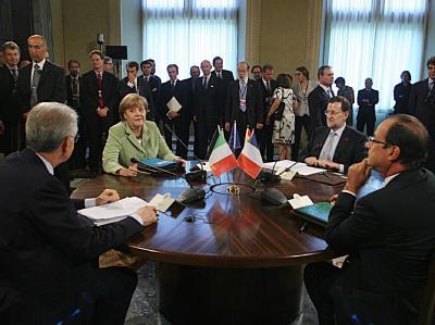 Vierer-Gipfel in Rom: Der italienische Premier Mario Monti (l.) Spaniens Regioerungschef Mariano Rajoy (2.v.r.), der französische Präsident Francois Hollande und Angela Merkel am Besprechungstisch. Foto: Cristiano Laruffa