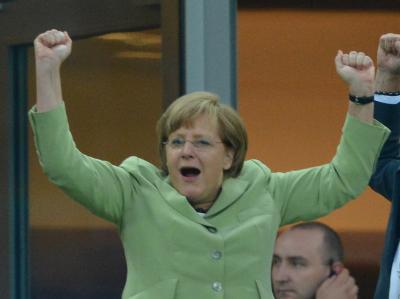 Bereits im Viertelfinale fieberte Bundeskanzlerin Angela Merkel fieberte ganz schön mit. Nun will sie bei deutscher Finalbeteiligung nach Kiew reisen. Foto: Foto: Marcus Brandt
