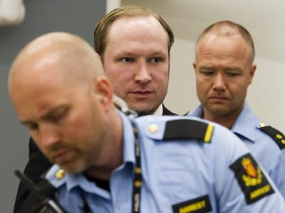 In Begleitschutz: Breivik auf dem Weg ins Gericht. Foto: Heiko Junge