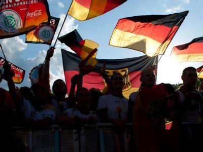 Fans der deutschen Mannschaft auf der Fanmeile am Brandenburger Tor in Berlin. Foto: Maurizio Gambarini