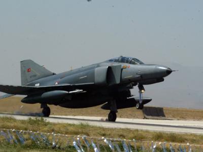 Türkischer F-4-Kampfjet auf einer unbekannten Rollbahn: Der Abschuss eines solchen Jets wird nun Thema bei der Nato. Foto: Stringer/Archiv