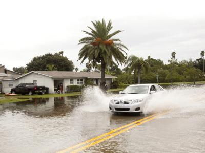 Eine überflutete Straße in St. Petersburg, Florida. Der Gouverneur, Rick Scott, empfahl unnötige Autofahrten zu vermeiden. Foto: Edward Linsmier
