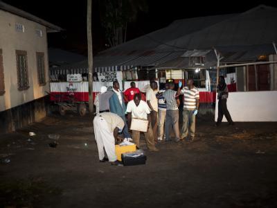 Sicherheitsbeamte auf Spurensuche: Die US-Behörde hatte in den vergangenen Tagen bereits vor möglichen Terroranschlägen in der Hafenstadt Mombasa gewarnt. Foto: Ivan Lieman