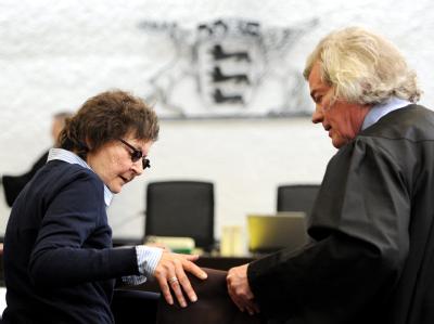 Die ehemalige RAF-Terroristin Verena Becker (l.) mit mit ihrem Anwalt Wolfgang Euler im Gerichtssaal des Oberlandesgerichts in Stuttgart. Foto: Bernd Weißbrod/Archiv