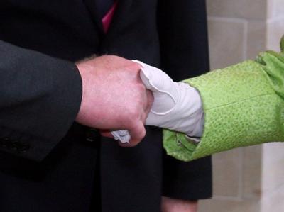 Es dauerte nur wenige Sekunden, und wäre doch vor wenigen Jahren noch undenkbar gewesen. Die Queen hat bei ihrem Besuch in Nordirland dem früheren IRA-Mann Martin McGuinness die Hand gegeben. Foto: Paul Faith