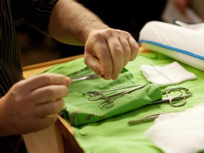 Chirurgische Instrumente werden vor einer jüdischen Beschneidungszeremonie zurechtgelegt. Foto: Bea Kallos