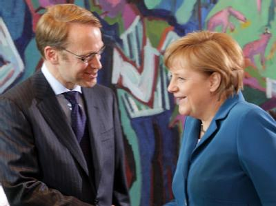 Bundeskanzlerin Angela Merkel begrüßt den Präsidenten der Deutschen Bundesbank, Jens Weidmann, im Kanzleramt. Foto: Wolfgang Kumm