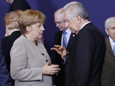 Bundeskanzlerin Angela Merkel im Gespräch mit Italiens Premier Mario Monti während des Eu-Krisengipfels in Brüssel. Foto: Thierry Roge