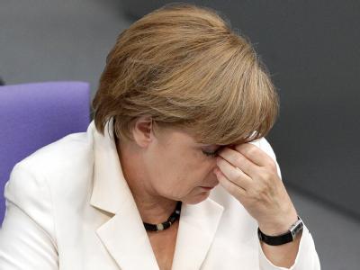 Müde: Bundeskanzlerin Angela Merkel verfolgt die Aussprache im Bundestag. Foto: Wolfgang Kumm