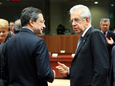 EZB-Präsident Mario Draghi (l) im Gespräch mit Italiens Regierungschef Mario Monti in Brüssel. Foto: Olivier Hoslet