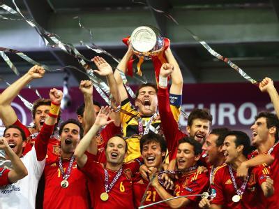 Die Spanier feiern ausgelassen den EM-Titel. Foto: Srdjan Suki