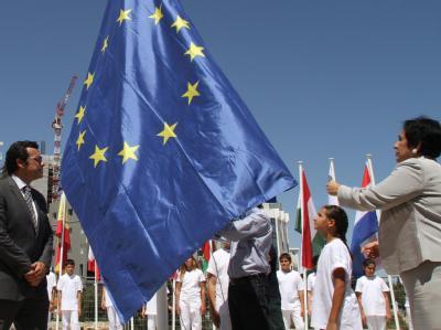Außenministerin Erato Kozakou Marcoullis (r) und Nikosias Bürgermeister Georkatzis Constantine hissen die EU-Flagge. Foto: Katia Christodoulou