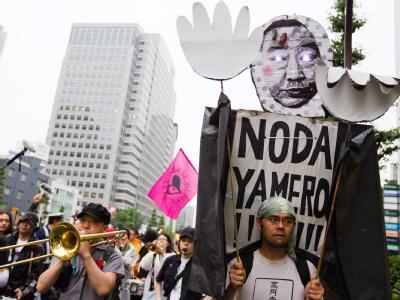 «Noda, zurücktreten!» steht auf dem Plakat, das ein Demonstrant in Tokio bei den Protesten gegen Atomkraft trägt. Foto: Christopher Jue