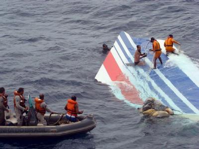 Ein Wrackteil der abgestürzten Air-France-Maschine AF 447 wird von einem Rettungsteam der brasilianischen Marine im Atlantik geborgen. Foto: Brazilian Air Force/Archiv