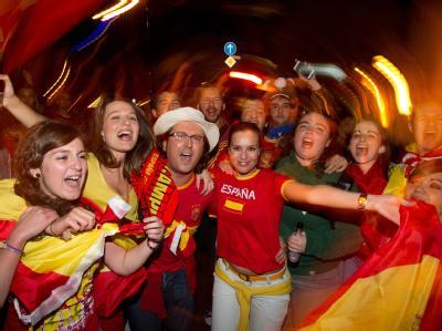 Fans der spanischen Fußball-Nationalmannschaft feiern auf einer Straße in Osnabrück. Foto: Friso Gentsch