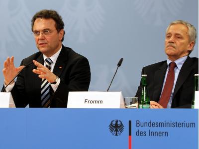 Innenminister Friedrich (CSU, l) hat den Präsidenten des Bundesamtes für Verfassungsschutz, Heinz Fromm, auf dessen Gesuch hin in den Ruhestand entlassen.  Foto: Wolfgang Kumm