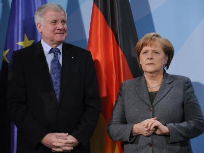 Bundeskanzlerin Angela Merkel (CDU) und Bayerns Ministerpräsident Horst Seehofer (CSU) nehmen im Bundeskanzleramt an einer Veranstaltung teil. Foto: Rainer Jensen / Foto