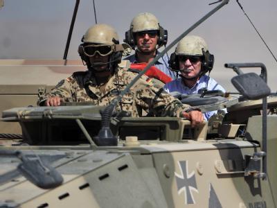 Bundesverteidigungsminister de Maiziere (r) und Sachsens Ministerpräsident Stanislaw Tillich (M) fahren im ISAF-Lager in Masar-i-Scharif in einem Radpanzer. Foto: Hannibal