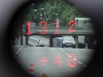Im Sucher einer Laserpistole sind in Düsseldorf die Entfernung (131,2 Meter) und die Geschwindigkeit (48 km/h) eines Fahrzeugs zu lesen. Foto: Marius Becker