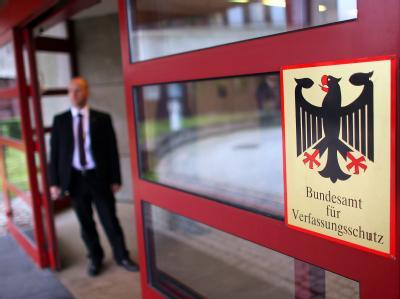 Ein Sicherheitsbeamter steht  in Köln vor dem Bundesamt für Verfassungsschutz. Foto: Oliver Berg/Archiv