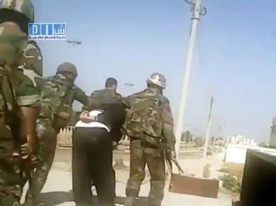 Ein Videograb eines Films des Shaam News Network auf Youtube zeigt syrische Soldaten die einen Mann in Homs abführen. Foto: Shaam News Network /Archiv