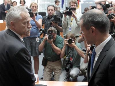 Verfassungsschutz-Chef Heinz Fromm (l.) im Gespräch mit dem Vorsitzenden des NSU-Ausschusses, Andreas Edathy. Foto: Wolfgang Kumm