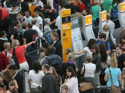 Reisende warten am Flughafen in München an den Schaltern. Foto: Frank Leonhardt/Archiv