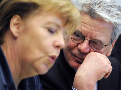Mit deutlichen Worten hat Bundespräsident Gauck Kanzlerin Merkel gemahnt, die Maßnahmen zur Euro-Rettung den Bürgern zu erklären. Foto: Hannibal/ Archiv