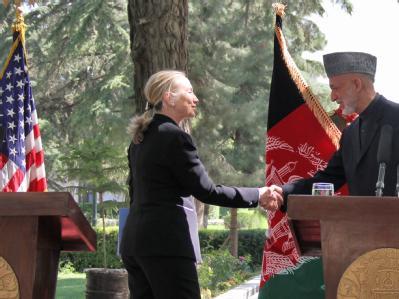 US-Außenministerin Hillary Clinton und Afghanistans Präsident Hamid Karsai bei einer Pressekonferenz in Kabul. Foto: S. Sabawoon