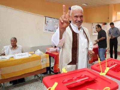 Ein Libyer macht das Victory-Zeichen nach seiner Wahl. Foto:Sabri Elmhedwi