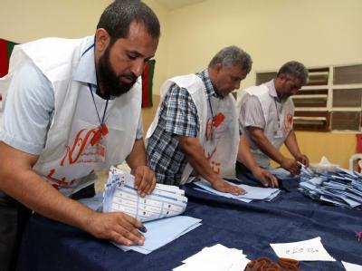 Auszählung der Stimmen in einem Wahllokal in Tripolis. Foto: Sabri Elmhedwi