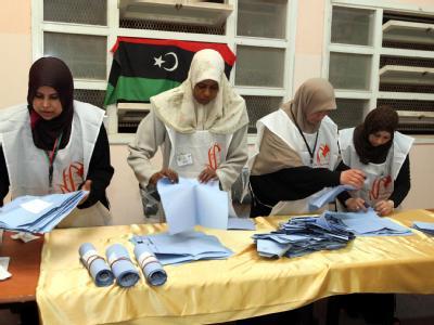 Wahlhelfer in Tripolis zählen die Stimmzettel nach der Wahl aus. Foto: Sabri Elmhedwi