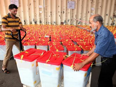Wahlurnen auf dem Weg zur Auszählung in Tripolis. Foto: Sabri Elmhedwi
