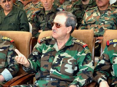 Der syrische Verteidigungsminister Daud Radscheha (M.) kam bei dem Anschlag um. Foto: Sana