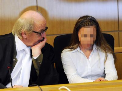 Mord aus Habgier oder doch Totschlag? Lydia H. wartet mit ihrem Rechtsanwalt im Landgericht in Aachen auf den Beginn der Verhandlung. Foto: Henning Kaiser