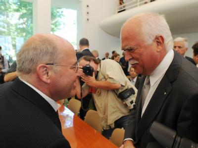 Als Kläger ausnahmsweise einmal einig: Linke-Fraktionschef Gregor Gysi (l.) und der CSU-Politiker Peter Gauweiler. Foto: Uli Deck