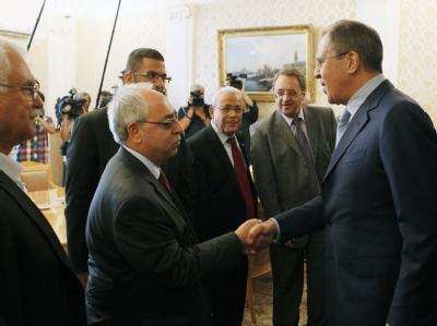 Der Chef des oppositionellen Syrischen Nationalrats wird von dem russischen Außenminister Lawrow (r) begrüßt. Foto: Maxim Shipenkov