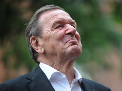 Altkanzler Gerhard Schröder fordert, die öffentliche Beschimpfung Griechenlands in Zusammenhang mit der Schuldenkrise einzustellen. Foto: Julian Stratenschulte/Archiv