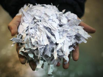 Geschredderte Aktenblätter in der Lagerhalle des Aktenvernichters «Reisswolf» in Frankfurt am Main. Foto: Fredrik von Erichsen/Archiv