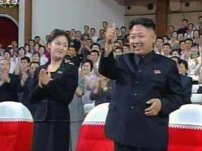 Kim Jong Un und die mysteriöse Frau: Am 6. Juli entstand dieses für nordkoreanische Verhältnisse ausgesprochen ungewöhnliche Foto des neuen Machthabers. Foto: Yonhap/Archiv