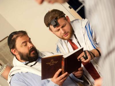 Rabbiner beten bei der jüdischen Beschneidungszeremonie für einen acht Tage alten Jungen. Das Landgericht Köln hat das Beschneidung als Körperverletzung gewertet. Foto: Bea Kallos/ Archiv