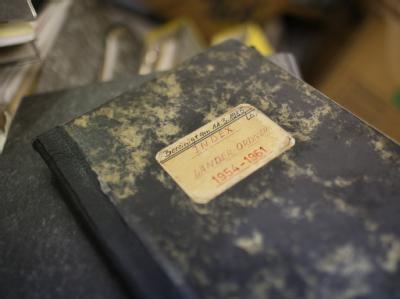 Ein Verzeichnisbuch über alte Akten liegt in der Keithstraße in Berlin im Archiv. Berlin hat ein Sonderermittlungsteam aus fünf Mitarbeitern für alte ungelöste Mordfälle. Foto: Florian Schuh