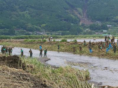Rettungskräfte suchen nach Menschen, die nach der Unwetterkatastrophe noch vermisst werden. Foto: Japan Self Defense Forces