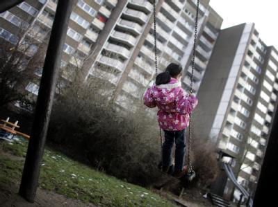 Deutsche Familiengerichte haben im vergangenen Jahr in rund 12 700 Fällen Eltern das Sorgerecht ganz oder teilweise entzogen, weil das Kindeswohl in Gefahr war. Foto: Rolf Vennenbernd/Archiv