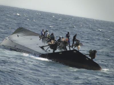Passagiere der verunglückten Fähre warten vor der Tropeninsel Sansibar auf die Rettungskräfte. Foto: EPA/STR