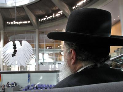 Ein Rabbiner verfolgt auf der Gästetribüne des Bundestages in Berlin die Debatte um die rechtliche Regelung der Beschneidung bei männlichen Kindern. Foto: Wolfgang Kumm