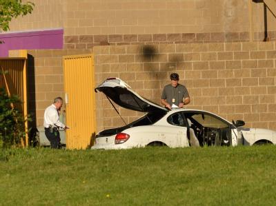 Ermittler durchsuchen das Auto des mutmaßlichen Amokschützen. Foto: Bob Pearson