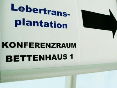 Hinweistafel für eine Pressekonferenz in der Universitätsmedizin Göttingen. Foto: Julian Stratenschulte