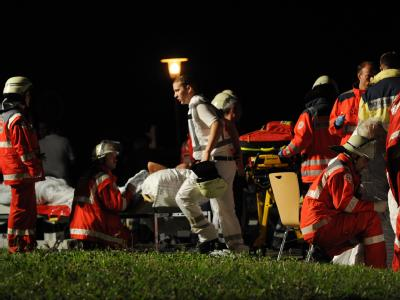 Fieberhaft kümmern sich die Rettungskräfte nach dem Klinikbrand in Ettenheim um die Patienten. Foto: Patrick Seeger